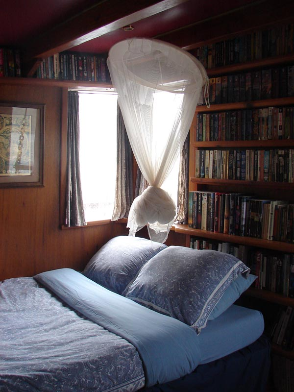 The Library Bedroom - MV InnChanter